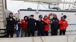 Crew der Greif im Hafen