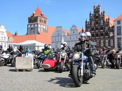 der Start der Ausfahrt vom 1. Motorradgottesdienst in Greifswald